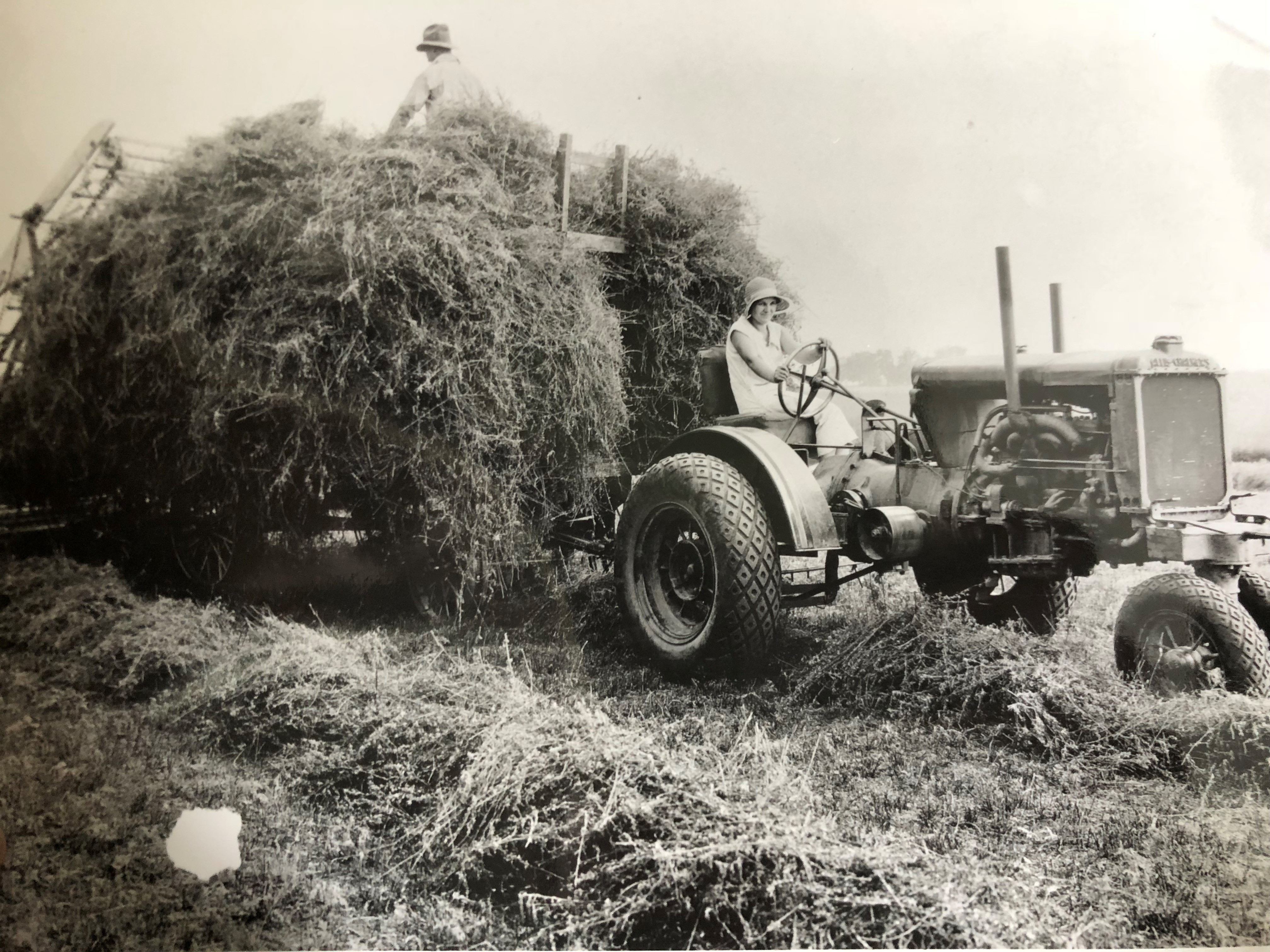 Photo a allis chalmers tractor 1930s